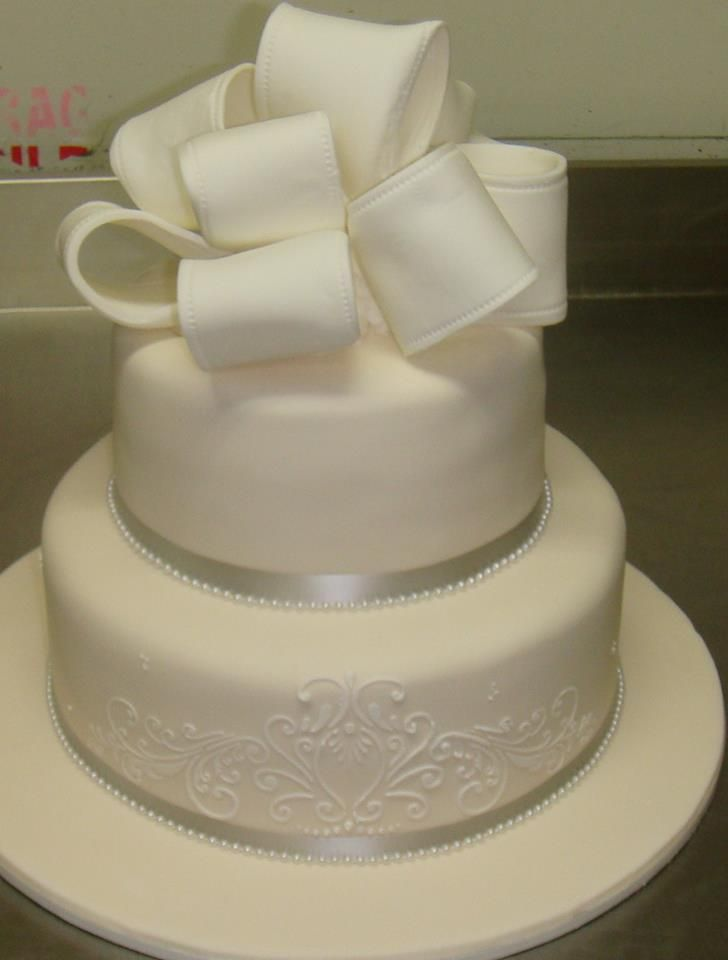 2 tier wedding cake with large iced bow www.casadel.com.au