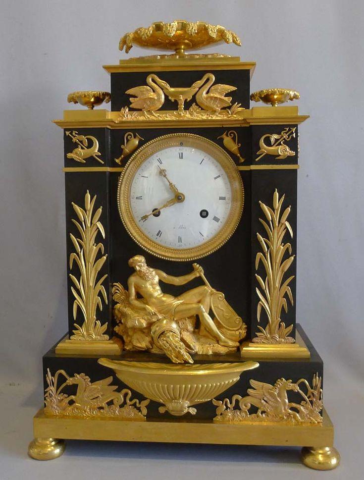 Reloj antiguo imperio francés en bronce dorado y bronce patinado celebrando Poseidón