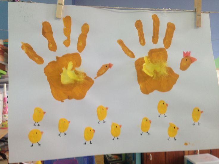 Dit kan je maken met de kleuters voor pasen. De grote kippen met de hele hand en de kleine kuikens kunnen met de duim of wijsvinger worden gestempeld.