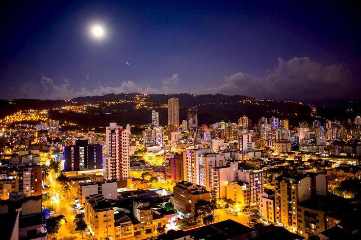 Mauricio Olaya @maurobucaro  · Noches de luna llena encantando, enamorando, acariciando de luz la ciudad que se llama así misma La Bonita.