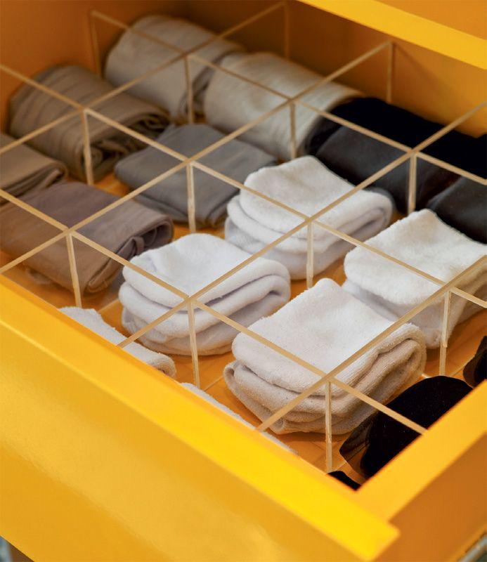 As duas primeiras gavetas têm divisórias de acrílico para roupas íntimas e a última, destinada a documentos, é fechada a chave.