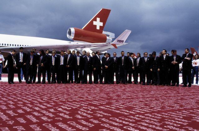 """Schweizer Fussball-Nationalmannschaft vor der McDonnell Douglas MD-11, HB-IWM """"Jura"""" in Zürich-Kloten vor dem Abflug zur WM in den USA"""