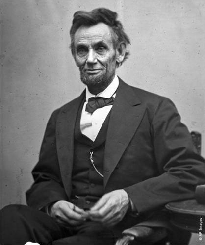 ¡Feliz cumpleaños! Abraham Lincoln  Nacido en la pobreza el 12 de febrero de 1809, Abraham Lincoln llegó a ser uno de los más grandes presidentes de Estados Unidos. Asumió el cargo como el decimosexto presidente  en 1861 y unas semanas más tarde vio surgir la Guerra Civil. Durante la guerra, que se cobró 623.000 vidas, Lincoln proporcionó liderazgo militar estratégico a la Unión (las fuerzas del gobierno de Estados Unidos) en sus esfuerzos de reunificar la nación.