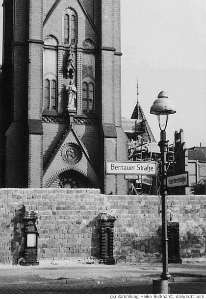 """BERLIN Wall 1961, Bernauer Strasse. Die Kirche lag im """"Todesstreifen"""" und wurde in den 80er Jahren von der DDR gesprengt."""