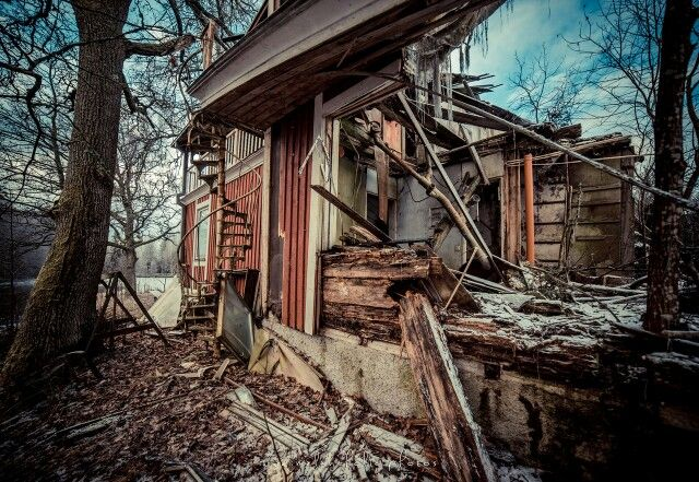 #urbex This whole compound used to belong to a mill patron, now it's abandoned. Half of the main house is burned and collapsed