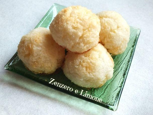 I bocconcini al cocco sono degli squisiti dolcetti che racchiudono nel loro impasto dei golosissimi pezzetti di cioccolato bianco