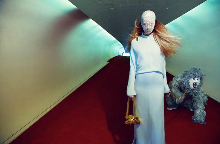 La modèle Julia Frauche et son étrange photo shoot sous l'objectif de Greg Kadel  dans Numéro magazine