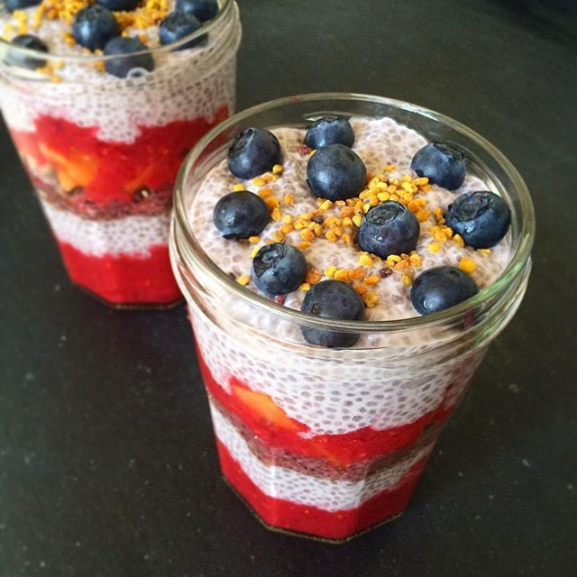 Layered Peach/Melba Pudding for the Beach Breakfast #beachbreakfast #breakfast #brexit #yuhuu #summer #chiapudding #layeredsmoothie #peachmelba #chiaporridge #chiabowl #vegan #chiagrød #raw #rawfood #paleo #lchf #morgenmad #healthychoices #morningroutine #cleaneating #organic #rivieradudes
