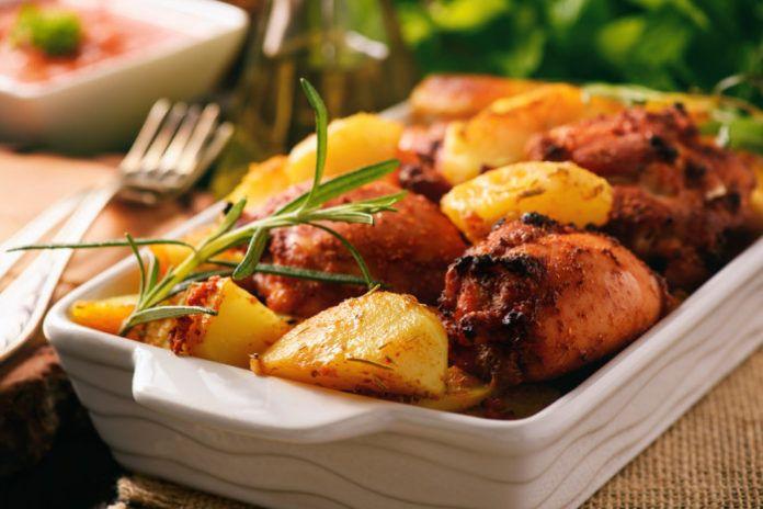 Запеченные куриные бедрышки в томате с картофелем и паприкой - Женские Секреты от Счастливой Леди