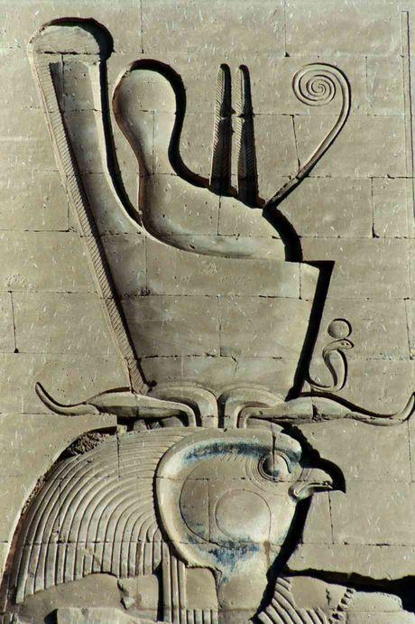 """Relief du dieu Horus portant la double-couronne Pschent, dans le temple qui lui est consacré, à Edfou en Égypte. Cette double-couronne est composée de la couronne blanche du Sud """"Hedjet"""", et de la couronne rouge du Nord """"Decheret"""". Il s'agit de l'un des attributs de pharaon, symbolisant la royauté & l'union de la Haute & de la Basse-Égypte."""