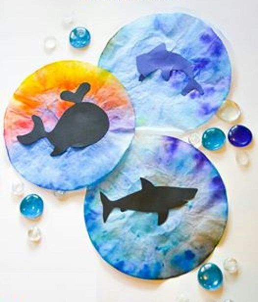 *Vissen met behulp van koffiefilters en ecoline! De vissen maak je van zwart- of een andere kleur-papier.