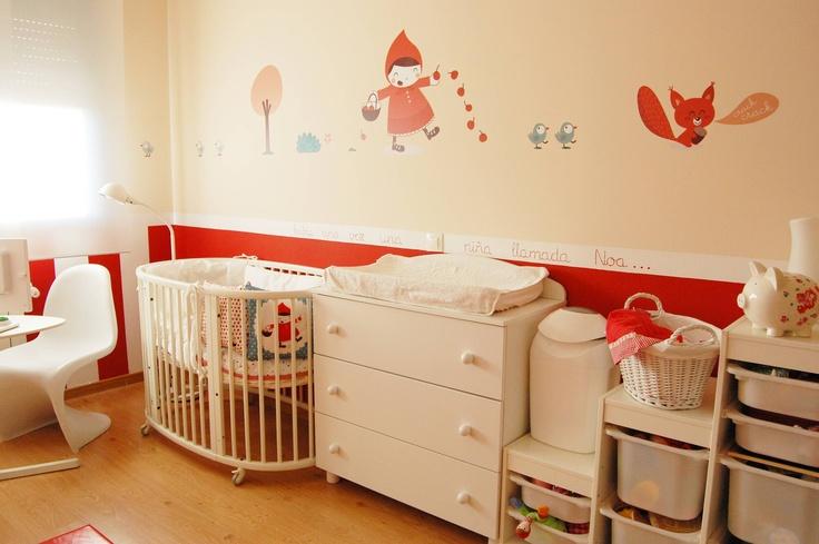 Habitación de bebe, con muebles de Ikea, Prenatal, Ikea y Stokke. Vinilos Caperucita de Océchou adquiridos en Les Contemplatives