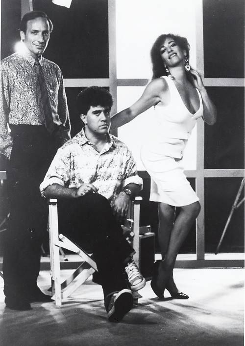 Carmen Maura y Eusebio Poncela con Almodóvar durante el rodaje de «La ley del deseo», 1986