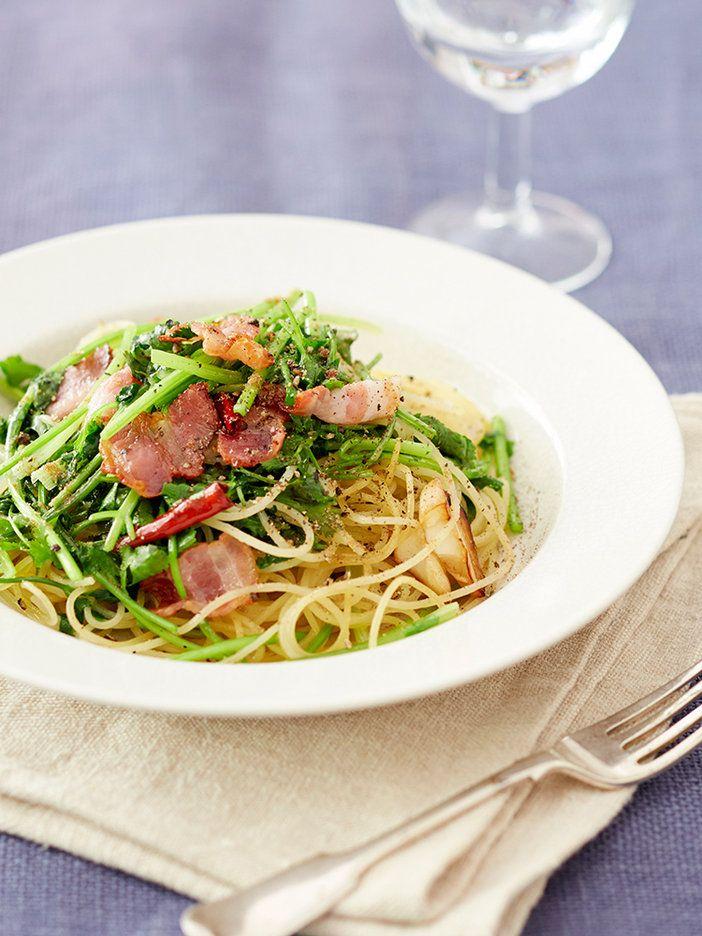ベーコンのコクとパクチーの風味のマッチングがブランニュー! 茎と葉の特性を生かし、炒めてもおいしいパクチーのおいしさを味わえるパスタ。|『ELLE a table』はおしゃれで簡単なレシピが満載!