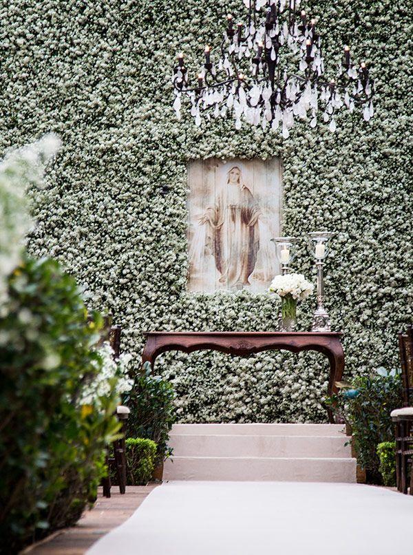 Cerimônia de casamento - Altar decorado com muro de mosquitinhos e imagem religiosa - Estilo contemporâneo ( Decoração: Disegno Ambientes   Foto: Fernanda Scott )