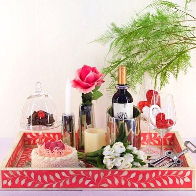 Bandeja en color rosa repleta de amor...copas se vino, saca corcho, postres y flores.