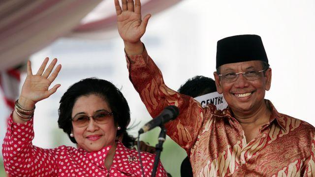 Megawati Sampaikan Duka Atas Kepergian KH. Hasyim Muzadi https://malangtoday.net/wp-content/uploads/2017/03/Megawati-KH-Hasyim.jpg MALANGTODAY.NET– Ketua Umum DPP PDI Perjuangan Megawati Soekarnoputri menyampaikan duka cita yang mendalam atas wafatnya anggota dewan pertimbangan presiden, KH. Hasyim Muzadi. Dia pun menyampaikan bahwa tokoh Nahdhotul Ulama (NU) tersebut merupakan sosok nasional yang membawa perdamaian... https://malangtoday.net/flash/nasional/megawati-s