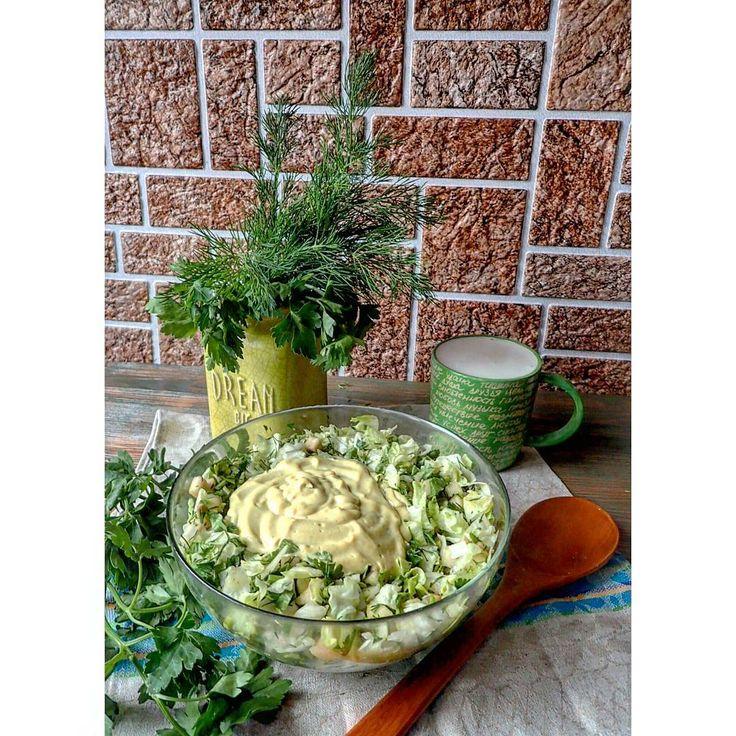 """▶ #сыроедческийсалат """"Нежность"""": авокадо, салат айсберг, петрушка, укроп, лук порей.  С сыроедческим майонезом: кешью, вода, соль,  карри, чеснок   В чашке кунжутное молоко   #сыроедение  #сыроедческаяеда #веганство #веганскаяеда #вегетарианство #вегетарианскаяеда   #rawlara #raw #rawfood #veg #vegan #vegetarian #veganfood #vegetarianfood"""