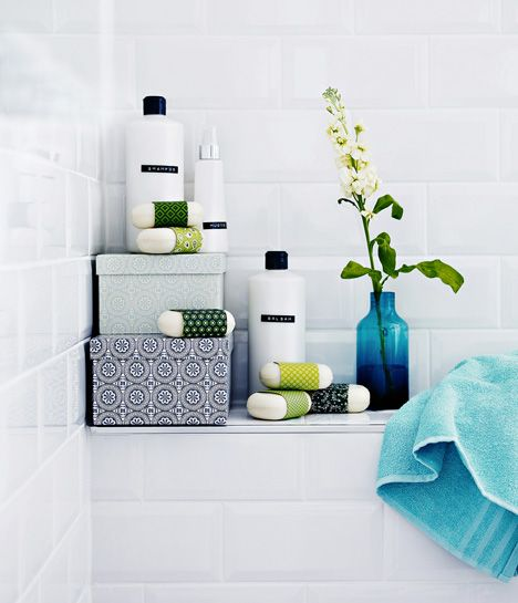 Mitä vähemmän tuotteissa on silmissä vilistäviä etikettejä, sitä tyylikkäämpi on kylpyhuoneen yleisilme. / Make your own labels. They are so much prettier. Kuva/pic Martti Järvi