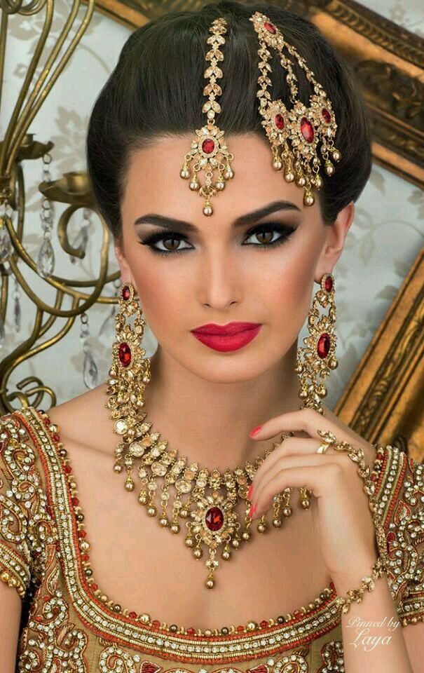 Indian bride. Bold make up.