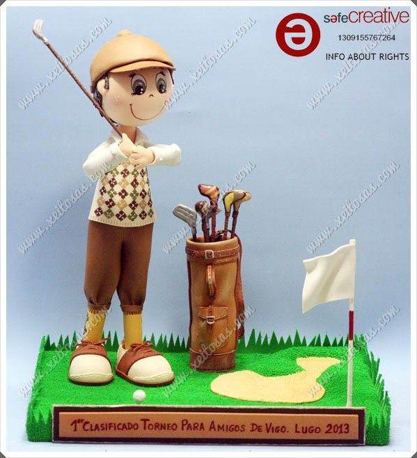 Fofucho golfista con la ropa clásica, su jersey y calcetines pintados a mano, gorra, zapatos y por supuesto su bolsa con los palos de golf. Todo hecho en goma eva, y en una peana acorde a la temática.  Todas mis muñecas están registradas y está prohibida su copia.  www.xeitosas.com