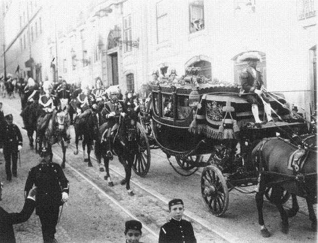 O cortejo aquando do juramento e proclamação de Dom Manuel II como rei de Portugal (1) - 1908.jpg