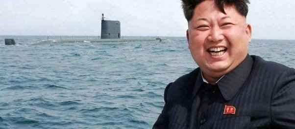 Kim il matto guida la Corea tra follia, spavalderia, spietatezza Il leader nordcoreano #Kim Jong-un è uno dei personaggi più stravaganti e eccentrici dello scenario internazionale. Obbliga a tagliarsi i capelli come lui, ma ha la bomba all'idrogeno. Spavaldo e spi #coreadelnord #kimjong-un