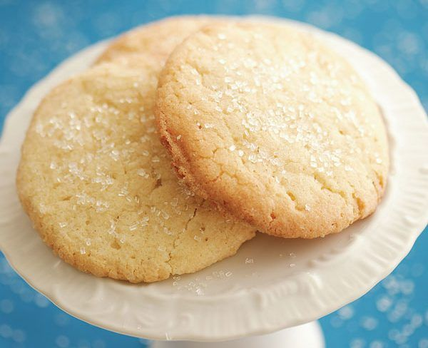 Τα πιο εύκολα και γρήγορα μπισκοτάκια με τρία υλικά !½ φλιτζάνι ζάχαρη άχνη ενά βιτάμ προσθέστε μια μικρή πρέζα αλάτι 2 φλιτζάνια αλεύριΠροθερμάνετε το φούρνο στους 180 χτυπήστε το βούτυρο με τη ζάχαρη Μόλις ανακατεύτουν καλα, προσθέτουμε το αλεύρι. Συνεχίστε