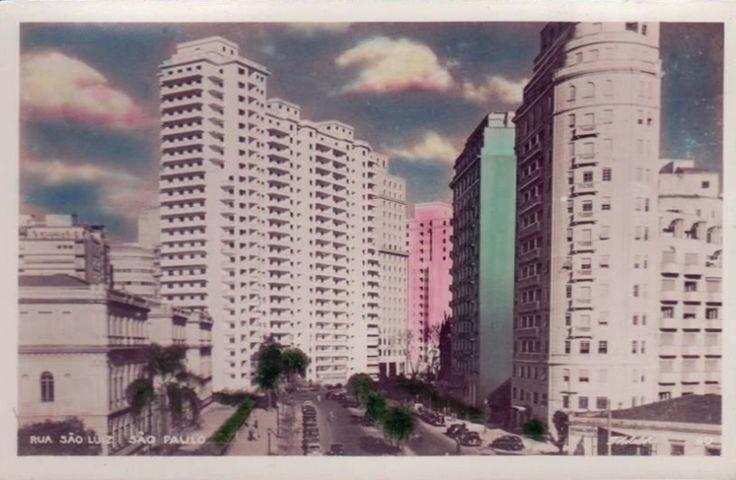 Vista da então rua, hoje avenida, São Luiz, na República. Vemos do lado esquerdo a Escola Caetano de Campos. A edição também é da Fotolabor e acredito que seja da década de 1950. O Itália apareceria nesta vista somente em 1965.