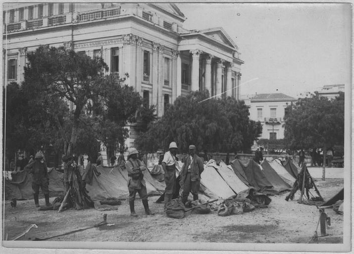 Opérateur K (code armée, photographe) - Débarquement des troupes françaises au Pirée (10-12 juin 1917). Troupes françaises campées près du théâtre du Pirée/