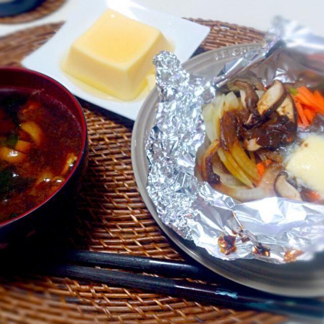 朝ごはん。 - 5件のもぐもぐ - 鮭のちゃんちゃんホイル焼き 味噌汁 卵豆腐 by にゃろめ