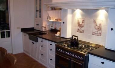 Ambachtelijke keuken geplaatst in een fraai Hotel in Arnhem, handgeschilderd, Belgisch hardsteen werkblad, oude witjes aan de muur met haan en hen.