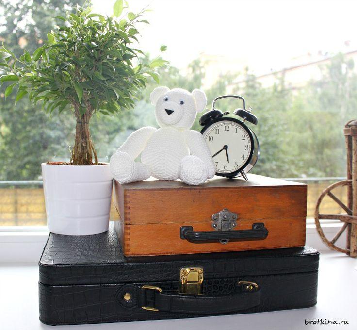 Белый медведь, связанный спицами. Новые старые чемоданы :-)