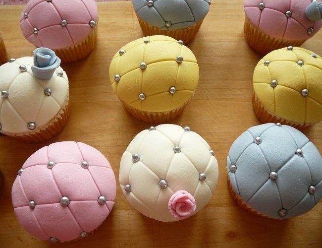 Vanilkové cupcakes s jemným krémem a marcipánem, krok 11: Růžičky vytvarujte postupným přikládáním 2–3 půlkruhů k sobě. Vzniklou růži zafixujte na cupcaku párátkem.