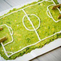Haz esta deliciosa receta de guacamole cancha, ideal para ver los partidos de futbol con tus amigos. Acompáñalo con las galletas saladas que más te gusten.