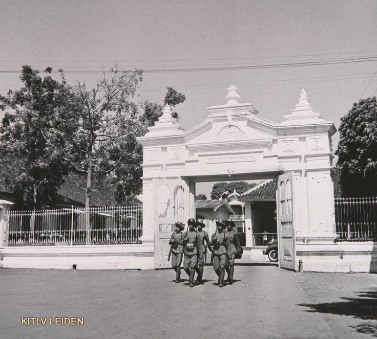 Poort van de kraton te Soerakarta met gewapende...