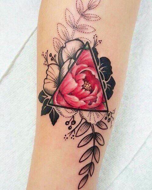 Tatouage rose bras femme