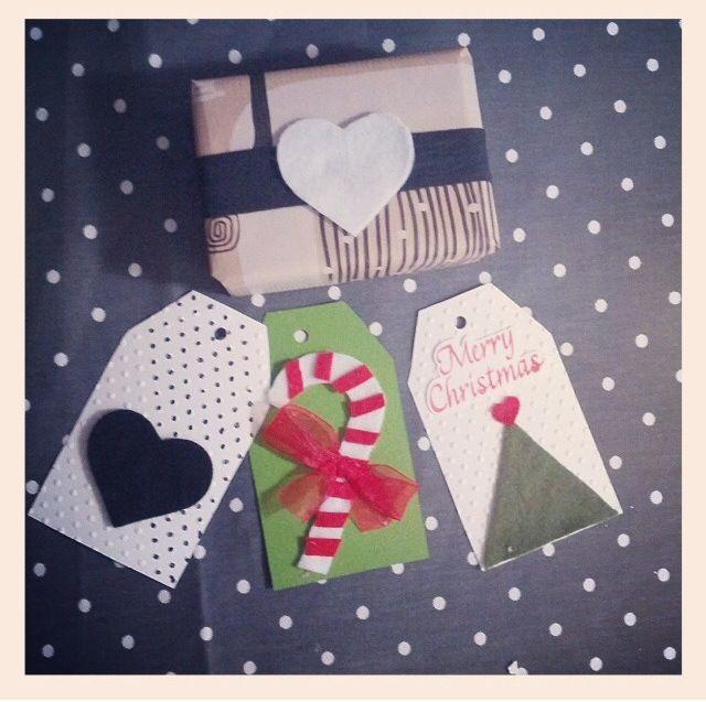 pacchetto regalo con etichette natale