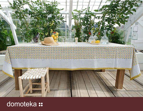 Wykonany z naturalnej bawełny obrus bawełniany w dwóch stonowanych barwach żółci i granatu. Doskonale sprawdzi się zarówno we wnętrzu, przykrywając stół jadalniany, jak i w ogrodzie, czy na tarasie. Inspiracja prosto od NAP.
