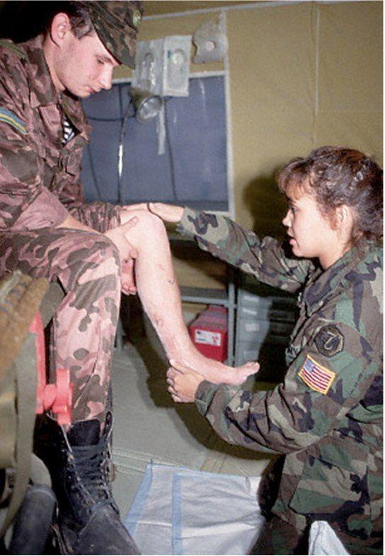 Американский медицинский персонал 212-го военного медицинского госпиталя Армии США оказывает помощь украинскому солдату 1992 Загреб Хорватия