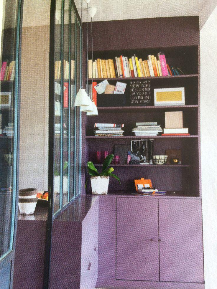 Verrière sur mur débordant pour y poser des bibelots ou autre et pourquoi pas faire un placard pour ranger la vaisselle  des grandes occasions ?