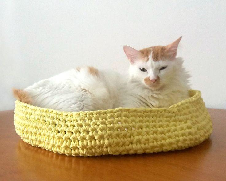 Caminha para seu gatuno ou cachorro de pequeno porte. Produto dois em um: seu gato vai adorar afiar as unhas na cama,além de dormir nela.Medidas: 40 de diametro por 10 cm de altura  Material: Fio de malha** O fio de malha é feito a partir de res...