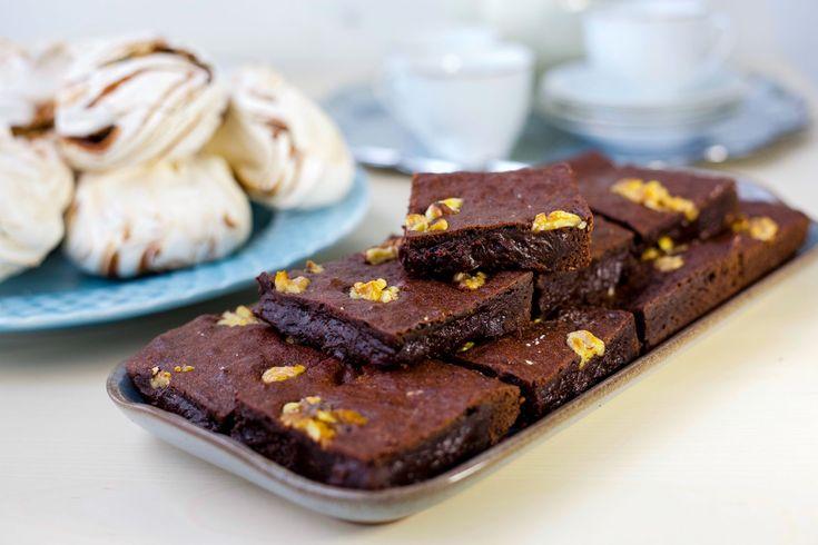 De läckraste brownies som du snabbt slänger ihop. De blir härligt sega, kladdiga och SUPERGODA! Baka gärna dina brownies dagen innan servering, de blir desto godare om de får gotta sig i kylen några timmar. Detta recept är precis samma recept på mina brownies som finns HÄR! Jag har bara skippat nutellan i det nya receptet. Ca 12 bitar Brownies 250 g smör 3,5 dl socker 4 ägg 2,5 dl mjöl 1,5 dl kakao 2 tsk vaniljsocker 1 tsk bakpulver Garnering (kan uteslutas): 1 dl valnötter, pekannötter…