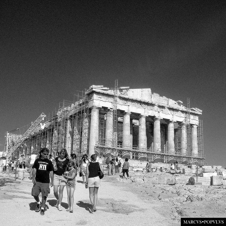 https://flic.kr/p/GCRYBi | El Partenon (16) | En el 2007 regreso a la fotografía, dejando atrás la era analógica y mis trabajos como fotoreportero en Asia. Cuando hice este reportaje en Atenas, utilizaba una cámara digital compacta, de muy pocos megapíxeles, el objetivo era simplemente registrar mis viajes, nada más. Hoy lo veo a la lejanía, casi olvidado, quizás recordando una frase de Sigmond Freud cuando visitó el Partenón: ¿Esto es Grecia?. Marcus Populus…