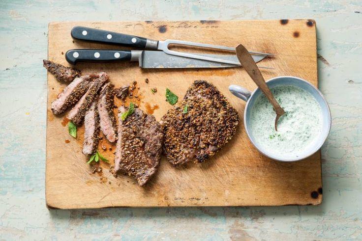 Een stevig stuk vlees geef je een frisse draai door er een lichte, kruidige yoghurtsaus bij te serveren - Recept - Allerhande