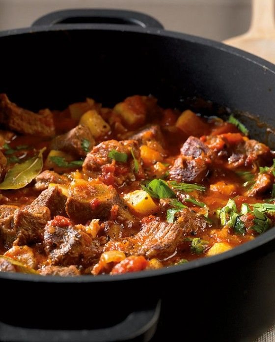 Dieser Eintopf macht satt und glücklich! Sellerie gibt ein würziges Aroma und Tomaten machen den Eintopf schön frisch.