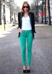 С чем сочетаются бирюзовые джинсы