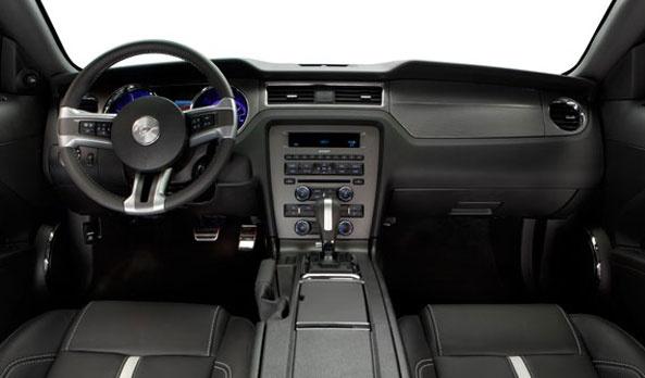 Mustang tiene interiores en piel negra. Un tablero suave al tacto con insertos de aluminio que también se encuentran en la palanca de velocidades, dándole toques de elegancia sin perder la rudeza que caracteriza a Mustang. #Ford #Mustang2013