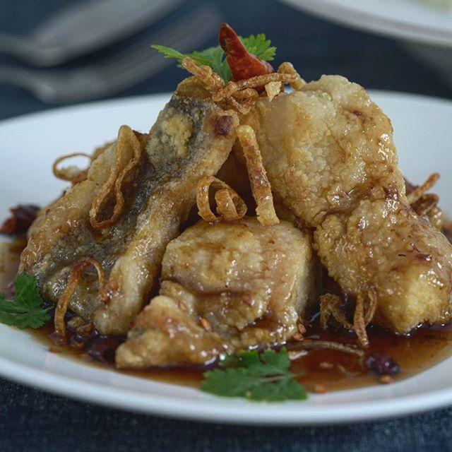 """La comida de hoy... 🏡☀️ Pescado frito con salsa agridulce de tamarindo. Nombre Thai: """"Pla Tod sauce Ma-kham. (ปลาทอดซอสมะขาม) 🇹🇭 Se trata de un plato de pescado crujiente por fuera y suave por dentro. Puede ser de cualquier tipo de pescado blanco, gambas o langostinos. Aliñado con salsa agridulce hecha a base de pasta de tamarindo, salsa de pescado y azúcar de palma. Su sabor característico es dulce con un punto ácido y un toque salado, aunque se puede ajustar el sabor al gusto. • •…"""