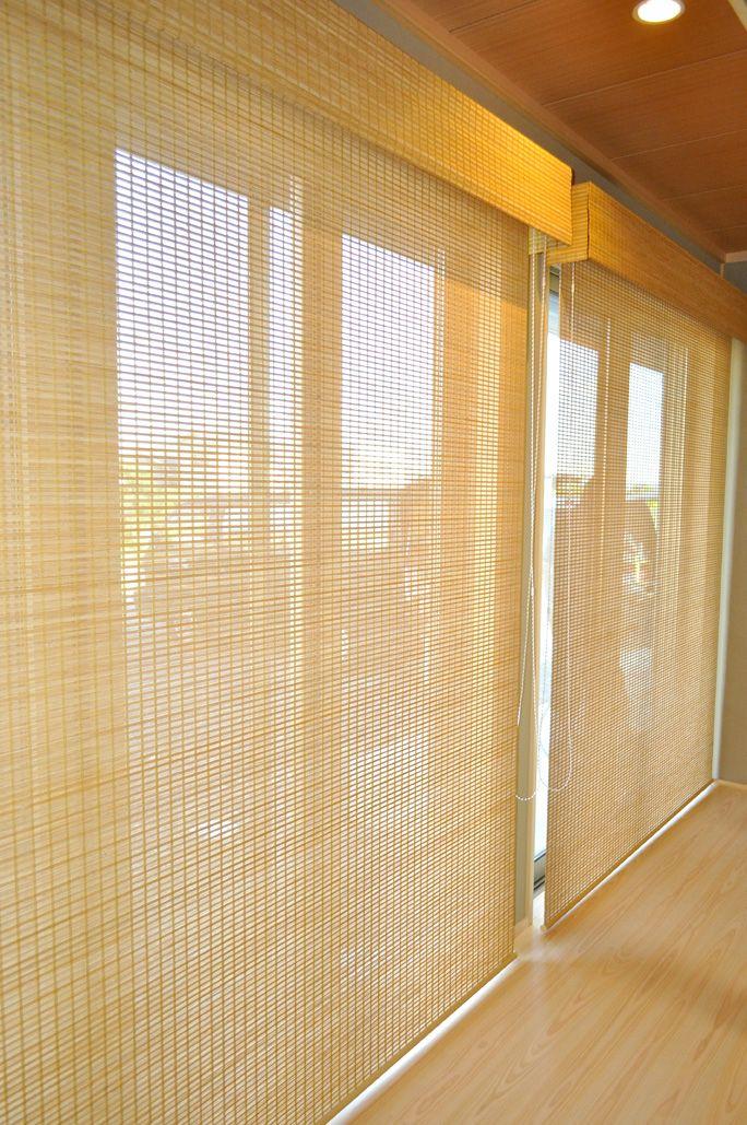 竹経木すだれ 縁側 パナホーム 使用生地  ニチベイ/竹経木すだれ すだれは日本人にとって馴染み深く、古くは宮中などで使用されていました。 暗い室内から明るい外を見るとよく見え、逆に明るい所から暗い室内は見えにくいという特性があります。 涼しげでやわらい透光性が外部と室内を自然に隔て、安らぎをもたらしてくれます。 揺るがない凛とした表情が格式ある空間へと実現します。